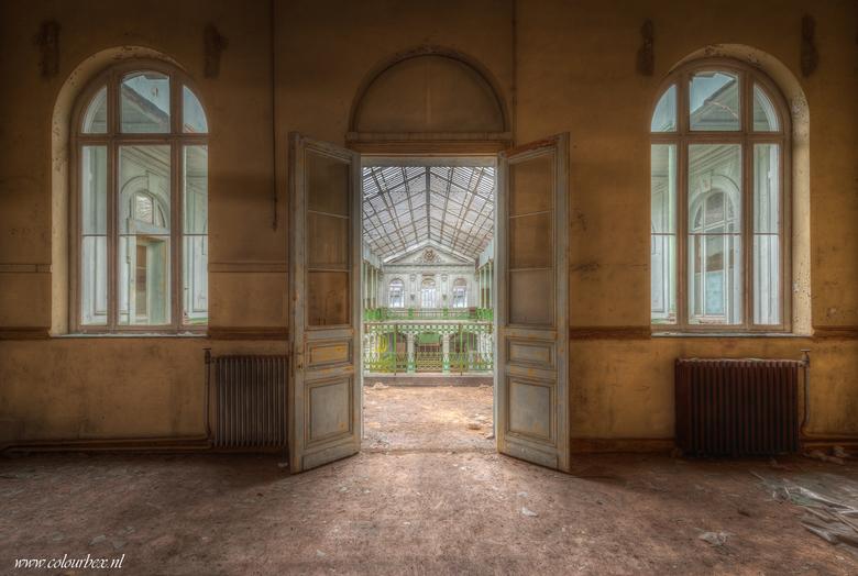 Decay doors - Een oud schoolgebouw dat al de nodige jaartjes er eenzaam en verlaten bij ligt. <br /> <br /> Het verval is gigantisch binnen, vele ga