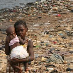 Zusjes op vuilnisbelt