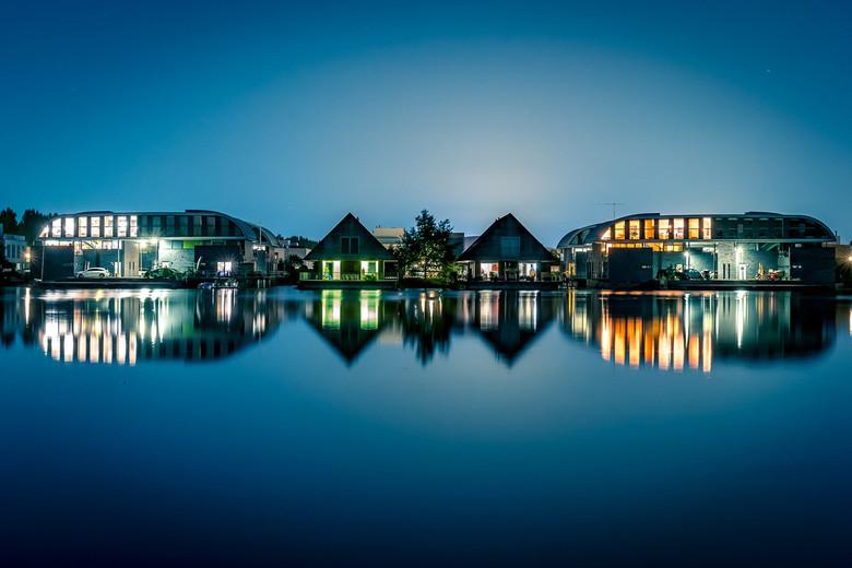 Wonen aan het water - Ypenburg. Mooi symmetrisch aangelegde wijk aan het water, wat versterkt wordt door de reflectie.