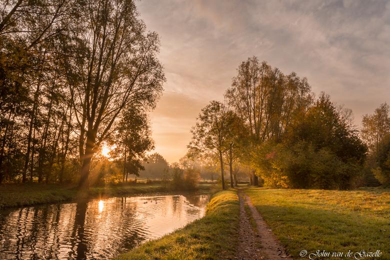 Zonsopkomst bij de Geleenbeek - Deze opname heb ik bij zonsopkomst bij de Geleenbeek te Sittard gemaakt.<br /> <br /> Efix: ISO: 100, 17mm, f/11, 1/