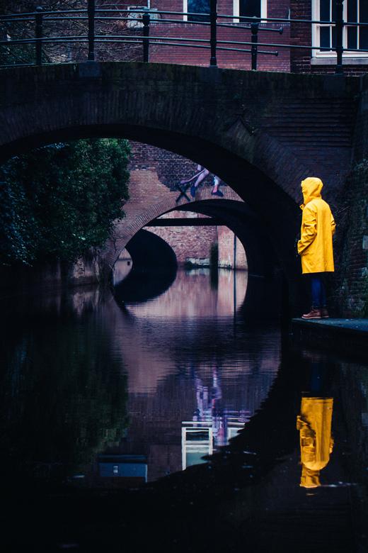 Zoek het gele meisje! - Wat van jij van een gele regenjas in foto's?