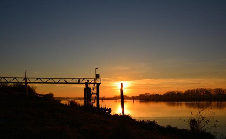 Avond valt over de Maas. - De maas bij Belfeld tijdens een mooie en rustige zonsondergang. (foto uit mijn archief)