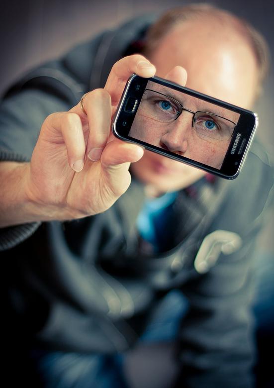 Zelfportret - Een zelfportret gemaakt voor de fotovakschool.<br /> <br /> Ik heb eerst de foto van mijn ogen gemaakt, deze op mijn telefoon gezet en