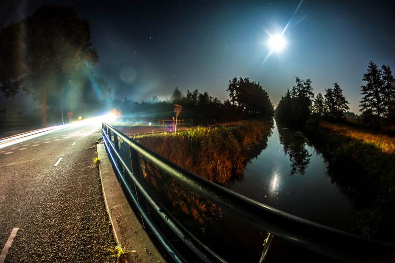 Nightstreet - Ja, nachtfotografie in combinatie met mijn favoriete lens! De Samyang 8mm!<br /> Ik ben gek op de vertekening en het lichtspel van de n