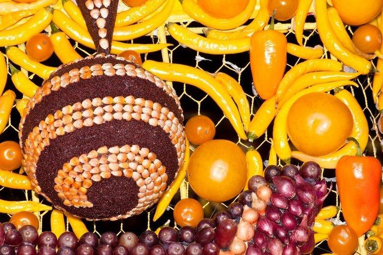 zonnig fruithapje  - Compositie op kleur van een detail van een van de wagens van fruitcorso Tiel 2009