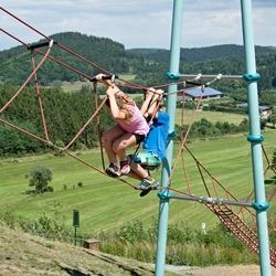 Twee kinderen op het begin van een moeilijke touwbrug.