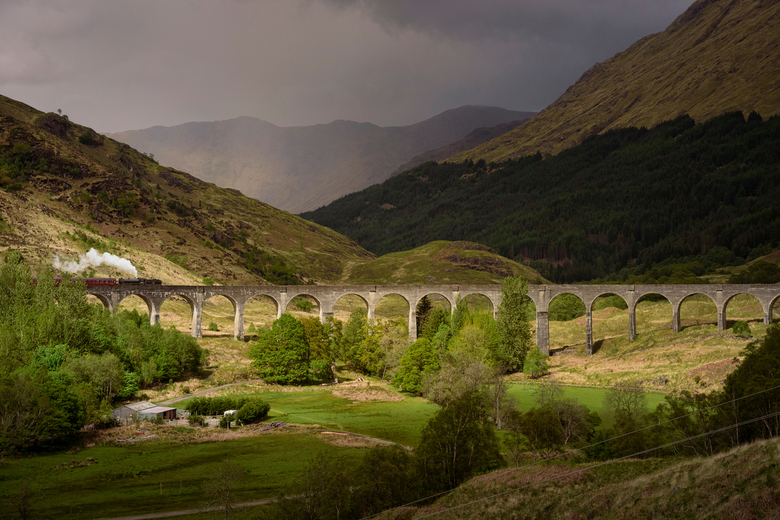 Glenfinnan - Het spoorlijnviaduct bij de Schotse plaats Glenfinnan is gebouwd in 1901 en werd jaren later wereldberoemd door de Harry Potter reeks.