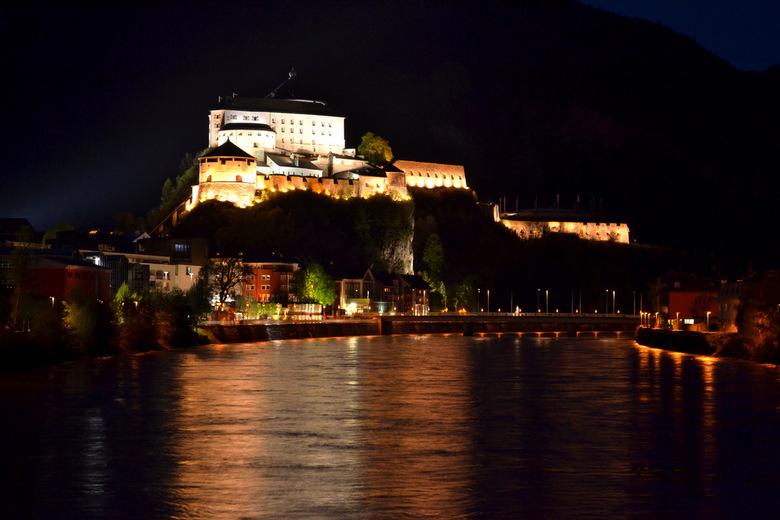 Vesting Kufstein  - Vesting Kufstein, Tirol, Oostenrijk, bij nacht. Vanaf een brug over de rivier de Inn.