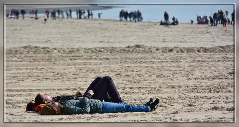 """Relaxen - Lekker weer om aan het strand te vertoeven, lopend of rustend.<br /> <br /> Bedankt voor jullie reacties op <a href=""""http://zoom.nl/foto/l"""