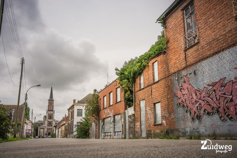 Spookstad Doel - Spookstad Doel, een foto met een laag standpunt vanaf hoofdstraat, het sombere weer maakt het plaatje compleet. Super fotolocatie en