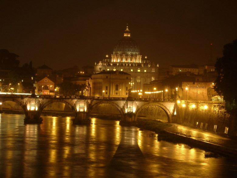 Rome by night - Prachtig als je 'per ongeluk' iets tegenkomt. In Rome was niks van dit uitzicht te zien tot je er ineens het volle zicht op
