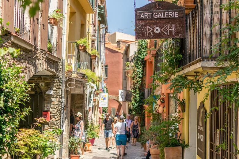 Straat Collioure - Zomaar een straat in het schilderachtige dorpje Collioure in Zuid - Frankrijk aan de middellandse zee.