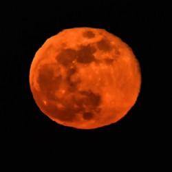 maan bloedrood op ..zon onder