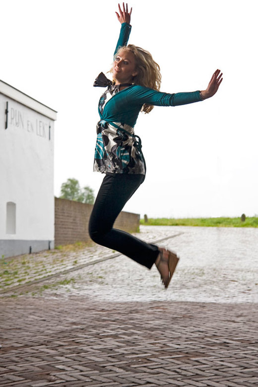 Let's Jump foto 2 - Nu Essio die springt. Dit zijn mijn eerste probeersels met springende modellen. Ik zie zelf dat de belichting niet super is, ga ik