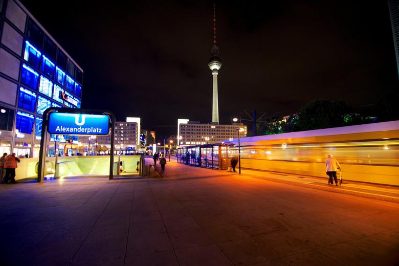Berlijn - Alexanderplatz, televisietoren op de achtergrond, voorgrond metro ingang en tram.<br /> <br /> te weinig tijd voor zoom, intussen te veel