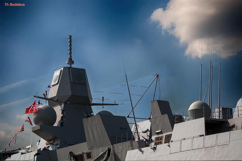 Fregat 1508203662Rmni3w - volop middelen voor observatie en communicatie op dit oorlogschip v d Marine NL Schuine vlakken ivm minder opvallend op rada