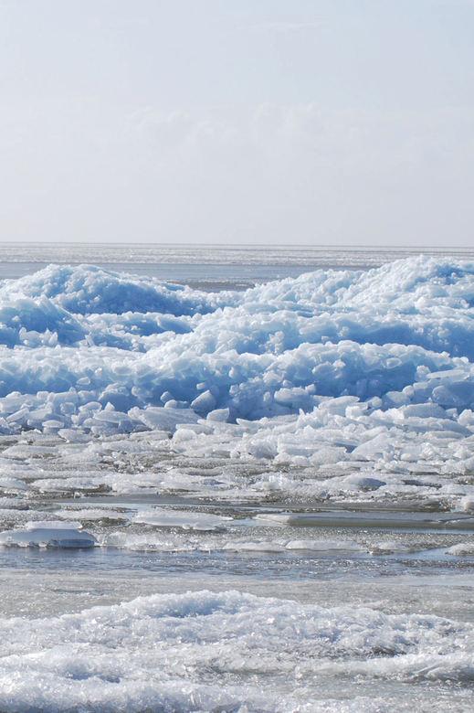 IJs - Kruiend ijs in Hindeloopen. Waar het wemelde van de mensen. <br /> <br />