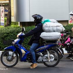 Vervoer per brommer van ijsblokken in Bangkok Thailand