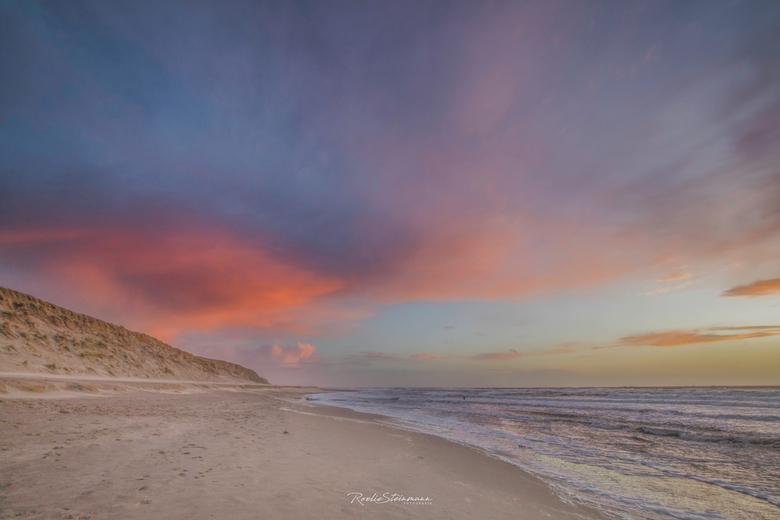 Stormy sunset - Een stormachtige avond op het strand van Texel. We hoopten op wat mooie kleuren in de lucht en dat is gelukt. Het was een spectaculair