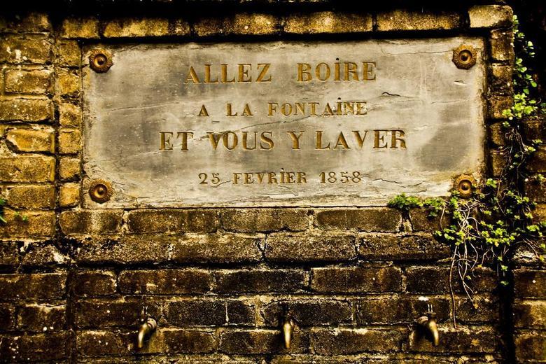 Allez Boire - Op mijn stage in Belgie passeerde ik een gebedsplaats met deze kraantjes aan de onderkant. De waterpompjes waren helaas stuk.