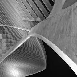 Dakconstructie van staal en beton van onder bekeken