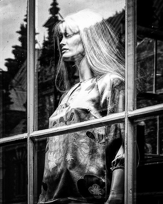 You're being watched 08 - Tijdens een wandeling door de winkelstraten van Haarlem, stond ik buiten te wachten op mijn vriendin die in deze kledingwink