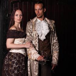 duo  in traditionele kledij.
