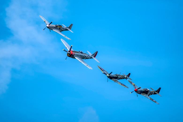 """Warbirds - De """"warbirds"""" in de lucht op een rij van vier. Prachtig om die Spifires en Mustangs nog te zien vliegen op de Airshow in Oostwold"""