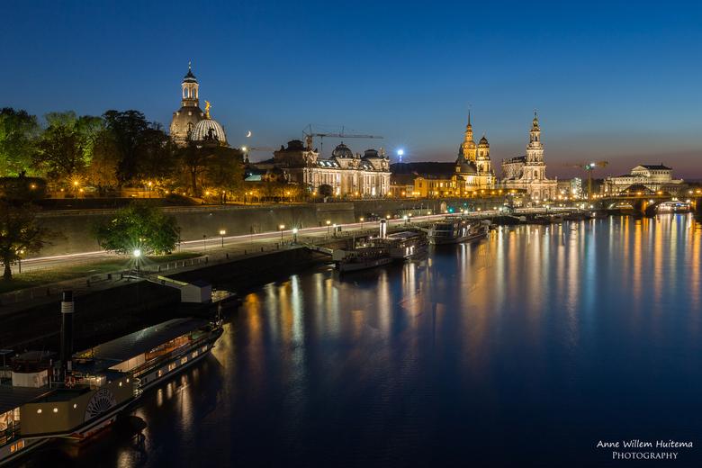 Dresden - Avondopname van de stad Dresden aan rivier de Elbe in Duitsland.