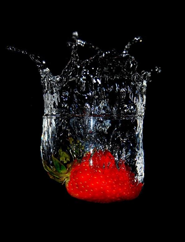 Gekroonde  Aardbei - Ik wilde vandaag een waterdruppel gaan fotograferen maar omdat ik nog steeds geen macro lens heb bleek dat vrijwel onmogelijk (ni