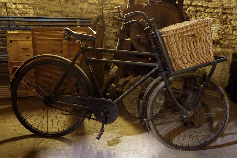 Oudebakfiets 1 - De bakfiets van de oude molenaar heeft zijn dienstjaren erop zitten.<br /> (is zonder flits genomen).