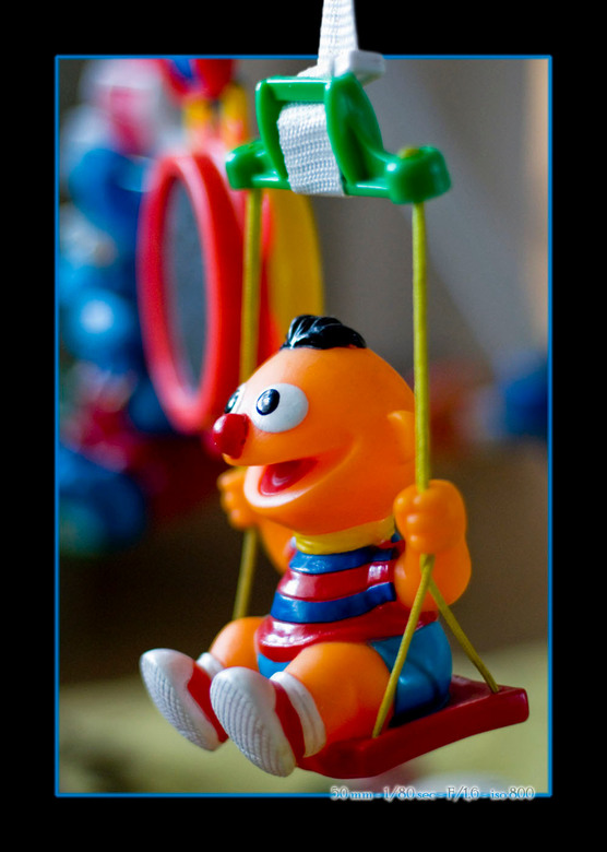 Ernie op de schommel - Ernie schommelt er op los.