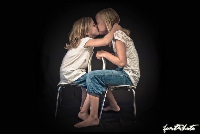 Sisters - Twee zusjes tijdens een fotoshoot. De een was erg zenuwachtig en bang en de kleinste vond dat zo zielig dat ze der zus maar een kus gaf!<br