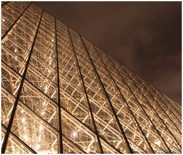 Louvre Piramide - de glazen piramide op het plein bij het Louvre in Parijs