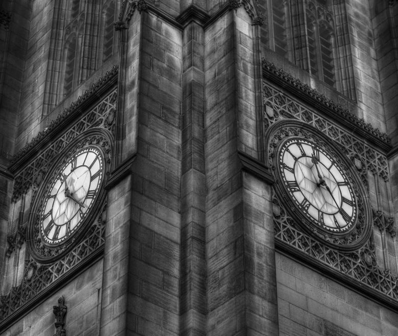Manchester cathedral(GB) - Twee klokken die niet gelijk lopen.