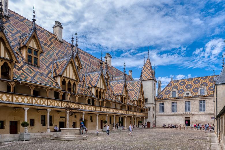Hôtel Dieu in Beaune - Het Hôtel-Dieu in Beaune is wereldbekend. Je denkt meteen aan de kleurrijke daken die nu als hét symbool van Bourgogne bekend s