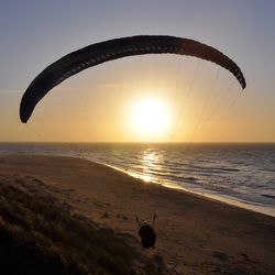 Paragliding in de avondzon