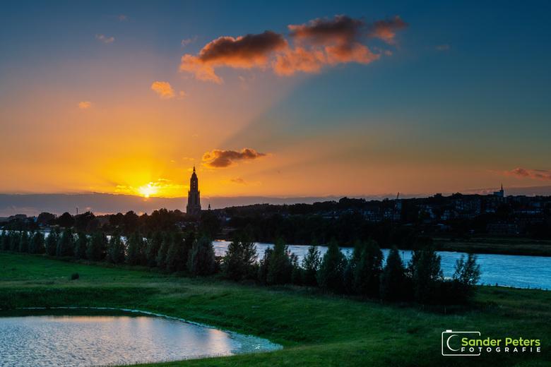 Zonsondergang Rhenen - De langste dag van het jaar was er één met veel wolken. Dus moest ik er 's avonds op uit in de hoop een mooie zonsondergan