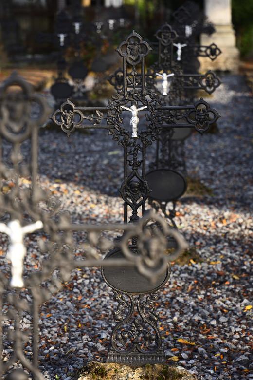 Oude kerkhof.  - Kruisen op rij op oude kerkhof.