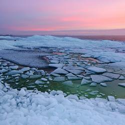 Kruiend ijs bij zonsondergang