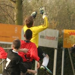 Keeper springt naar bal