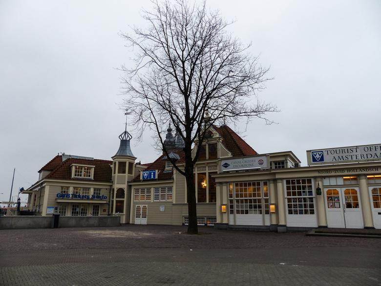 VVV Amsterdam - Op een rustig momentje in de vroege ochtend, snel dit plaatje voor het CS in Amsterdam met de boom in het midden een winters plaatje.