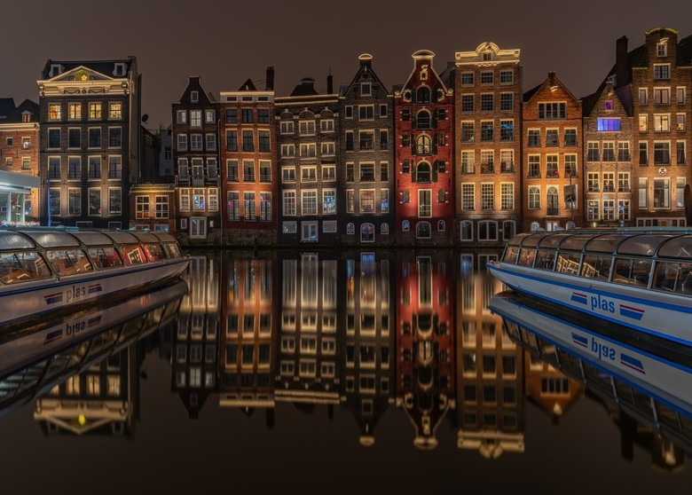 """Mirrors in Amsterdam - Een windstille avond op een rondvaartbotenloze (behalve de aangemeerden dan <img  src=""""/images/smileys/wilt.png""""/>) gracht in A"""