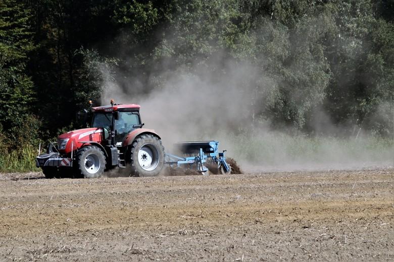 stofwolk - de boer bewerkt zijn land na het oogsten van de aardappelen hier wordt de droogte erg zichtbaar door de stofzand wolk hier is een buitje ha