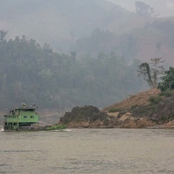 vrachtschip op Mekong