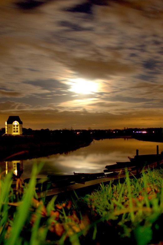 Kasteel Nieuw-Herlaar - Kasteel Nieuw-Herlaar ligt aan rivier de Dommer, vooraan de aanlegstijger met bootjes, links op de foto is een tuin huisje van