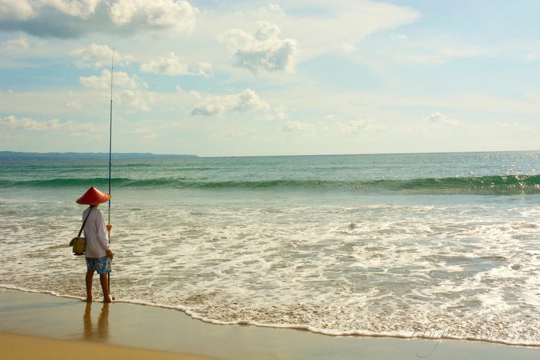 visser - In het midden van een druk strand, was ineens een stukje waar maar 1 iemand stond. deze visser!