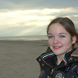Demi op het strand