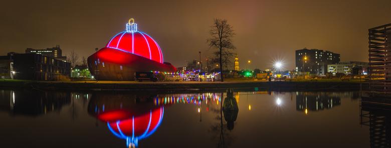 Dot Groningen - Grootste kerstbal ter wereld - Dot in Groningen is tijdens de kerstdagen omgetoverd tot de grootste kerstbal ter wereld. Een zeer foto