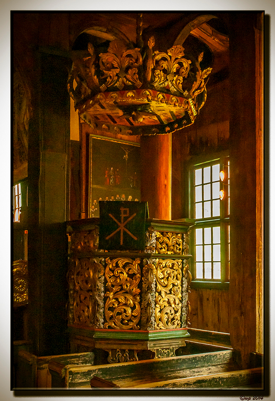 kansel  - De omstandigheden vielen niet erg mee in de donkere staafkerk van Lom. Er moest nogal wat lichter gemaakt worden en ruis verwijderd worden.